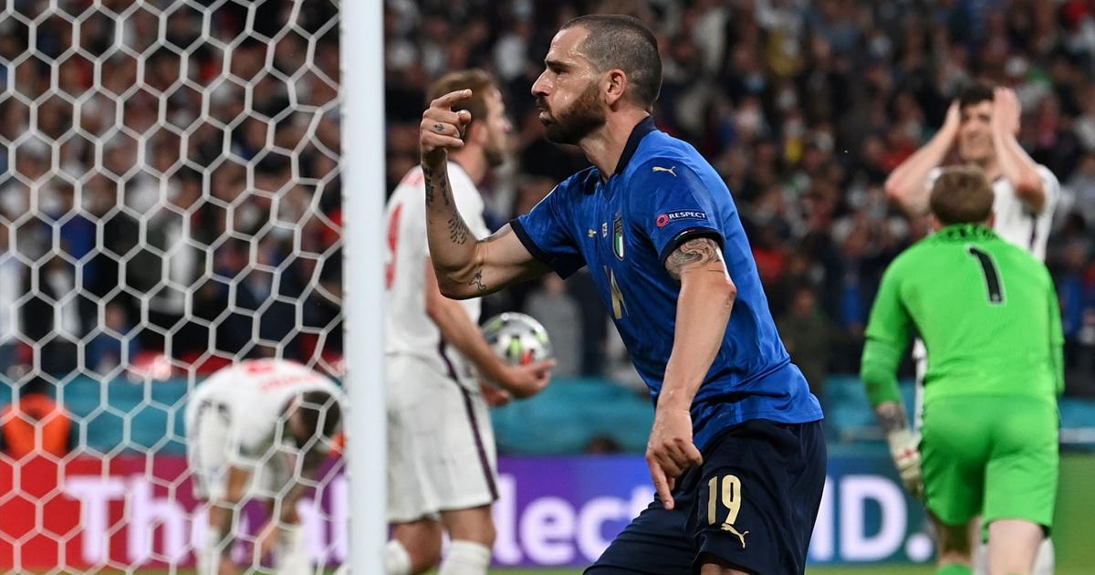 Bonucci gỡ hòa 1-1 cho Italia từ một tình huống cố định