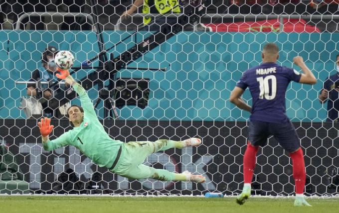 Hugo Lloris bảo vệ Mbappe sau tình huống sút hỏng penalty