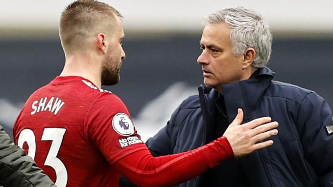 Luke Shaw khiến bình luận của Mourinho trở thành trò hề