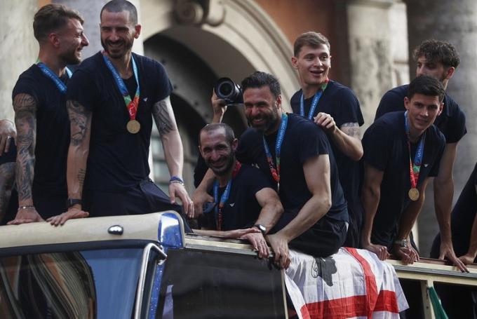 Lễ ăn mừng hoành tráng của Italia đốt cháy đường phố thành Rome