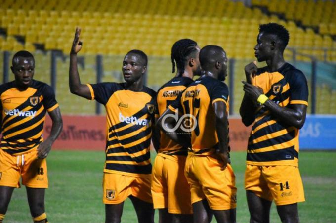 Cầu thủ Ghana trở thành người hùng nhờ 2 bàn phản lưới nhà trắng trợn