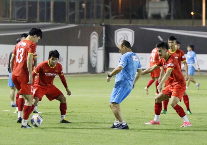 HLV Park Hang Seo quay lại thời cầu thủ, <b>xỏ giày đá ma vui đùa cùng học trò</b>
