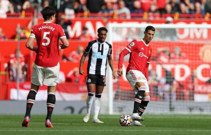 Ronaldo ghi bàn ngày <b>ra mắt Manchester United</b>