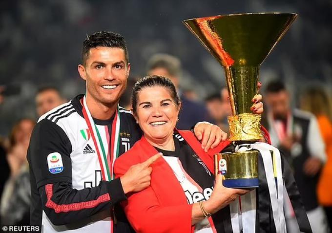 <b>Mẹ Ronaldo khóc khi con trai lập cú đúp</b> trong ngày tái xuất Man United