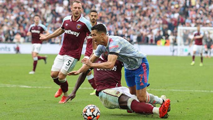 Ban trọng tài Premier League nhận sai vì quyết định không cho MU hưởng pen
