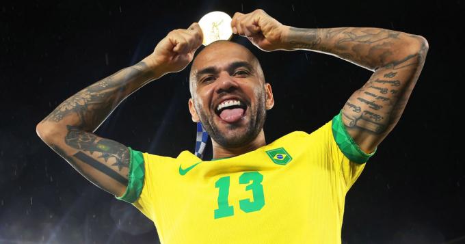Dani Alves nghỉ đến <b>hết năm 2021</b>