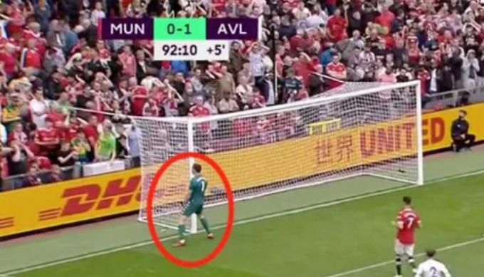 <b>Emiliano Martinez khiêu khích Cristiano Ronaldo</b> và chọc tức cả sân Old Trafford