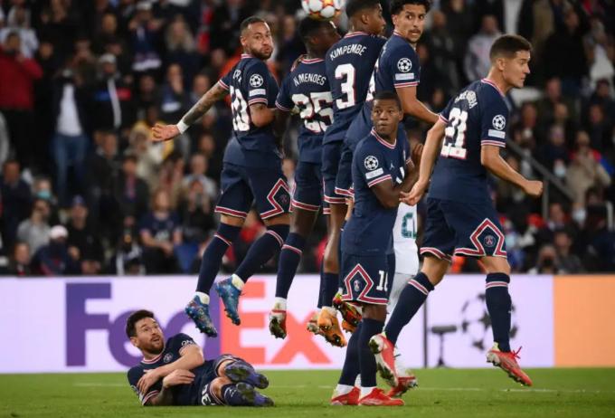 Ferdinand và Hargreaves lên cơn tăng xông khi thấy <b>Messi nằm lê lết trên sân</b>