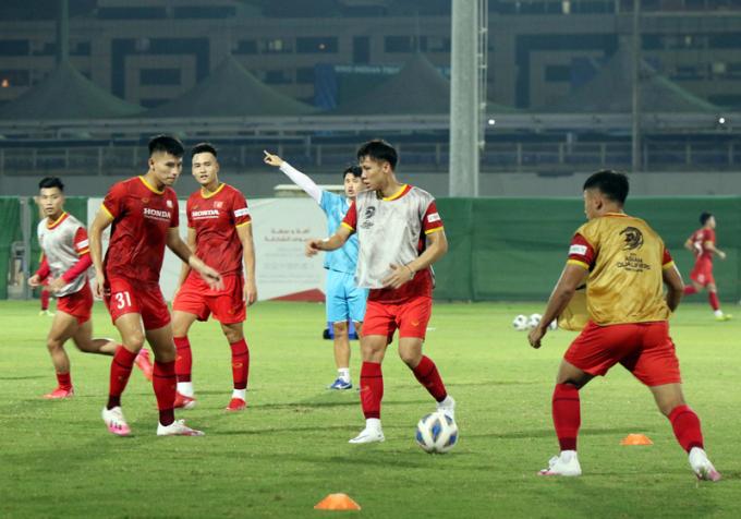 ĐT Việt Nam <b>tập buổi đầu</b> ở địa điểm đấu với Trung Quốc