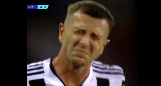 Tiền đạo Juventus thốn tận rốn vì bị <b>HLV Allegri sút thẳng vào mông</b>