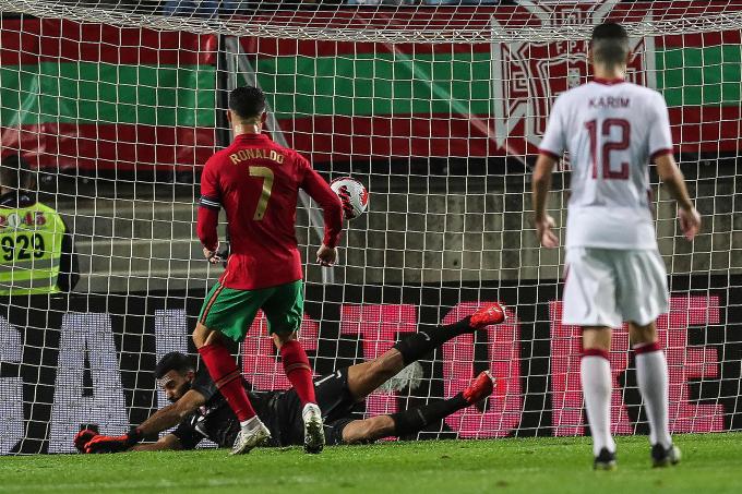 Ronaldo lập <b>3 kỷ lục cực khủng</b> ngày Bồ Đào Nha đè bẹp Qatar