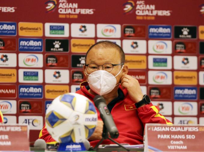 Ông Park giải thích việc <b>đẩy trung vệ mắc sai lầm ở trận Trung Quốc xuống U22</b>