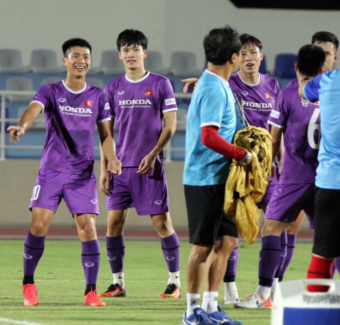 Văn Thanh <b>chơi trò trốn tìm</b> với thầy Park, Đức Chinh <b>cười không thấy mặt trời</b>