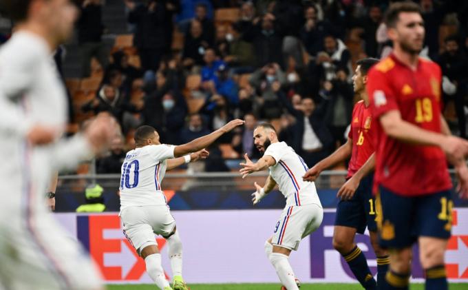 Tây Ban Nha bất bình vì <b>bàn thắng vàng gây tranh cãi của Kylian Mbappe</b>