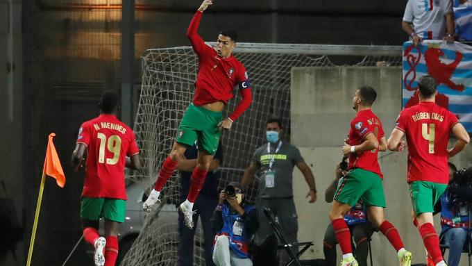Lập hattrick cho Bồ Đào Nha, Ronaldo <b>xô đổ hàng loạt kỷ lục</b>