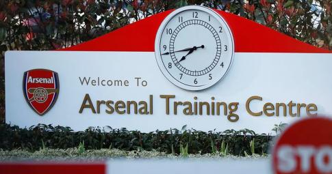 """Covid-19 """"len lỏi"""" vào đội trẻ của Arsenal"""