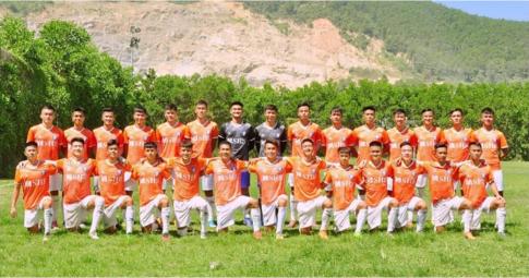 NÓNG! Một đội bóng Việt Nam bị F0 trèo rào vào sân tập