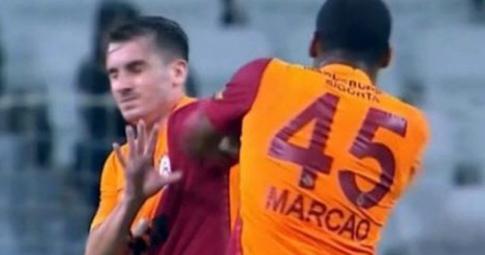 Trung vệ Galatasaray lãnh thẻ đỏ vì đấm đồng đội ngay trên sân