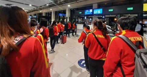 Hơn một ngày bay, ĐT nữ Việt Nam <b>đã đến địa điểm tổ chức</b> vòng loại Asian Cup