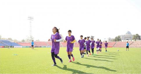 """ĐT nữ Việt Nam """"đội nắng"""" tập luyện, quyết giành vé dự cúp châu Á"""