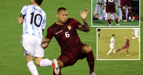 Pha vào bóng rợn người của Luis Martinez vào chân trái của Lionel Messi