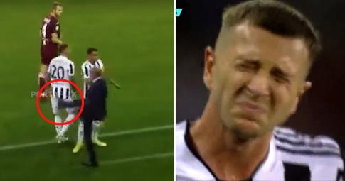 """Tiền đạo Juventus """"thốn tận rốn"""" vì bị <b>HLV Allegri sút thẳng vào mông</b>"""