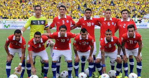 """6 cầu thủ Chile dắt """"đào"""" về khách sạn"""