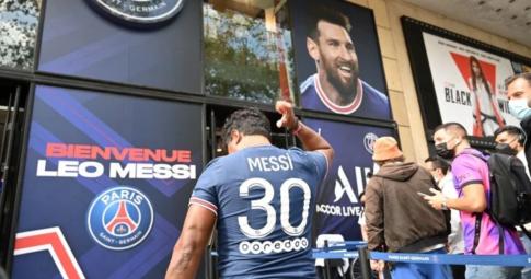 Quá hâm mộ Messi, Fan xếp hàng dài chờ mua được chiếc số 30 của PSG